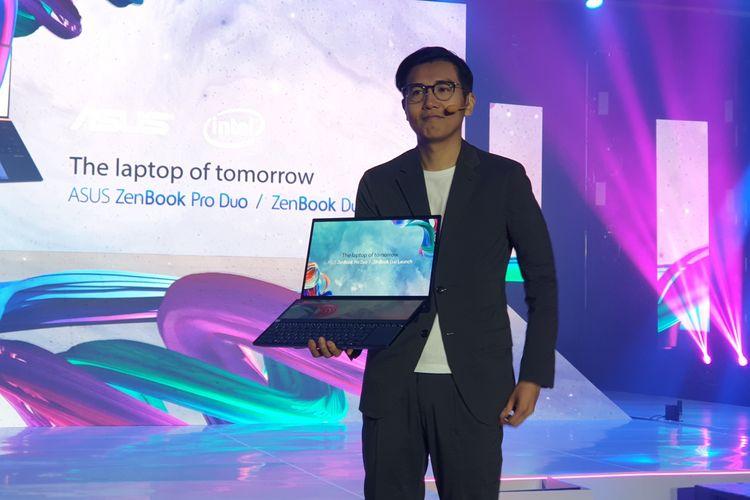 Asus Regional Director Southeast Asia, Jimmy Lin bersama Asus Zenbook Pro Duo dalam acara peluncuran di Hotel Raffles, Jakarta Selatan, Rabu (11/12/2019).