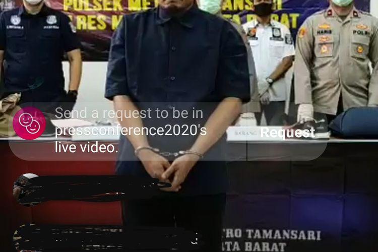 TH (40) alias Hendi Handoko saat konferensi pers di Polsek Metro Tamansari, Jakarta Barat, Kamis (8/4/2020) petang