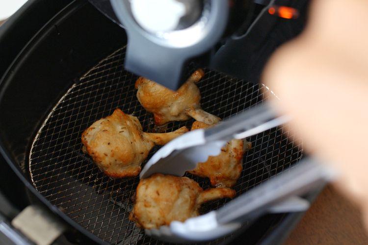 Ilustrasi masak ayam menggunakan air fryer.