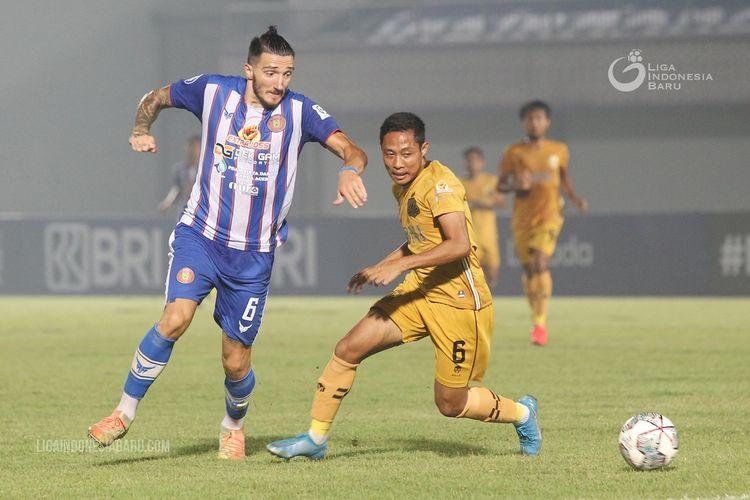 Pemain Bhayangkara FC Evan Dimas dijaga ketat pemain asing Persiraja Banda Aceh Vanja Markovic saat laga ketiga Liga 1 2021-2022 yang berakhir dengan skor 2-1 di Stadion Indomilk Arena Kelapa Dua Tangerang, Minggu (29/8/2021) malam.