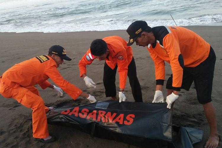 Tim SAR gabungan mengevakuasi jasad korban tenggelam yang ditemukan di Pantai Ceriwik, Kebumen, Jawa Tengah, Senin (10/6/2019).