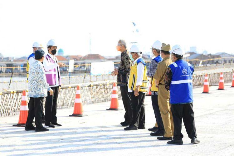 Presiden Joko Widodo saat meninjau progress pembangunan Jalan Tol Semarang – Demak di Desa Sidogemah Kecamatan Sayung Kabupaten Demak Jawa Tengah, Jumat (11/6/2021).