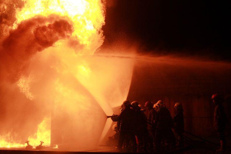Ilustrasi Kebakaran dan Petugas Pemadam Kebakaran