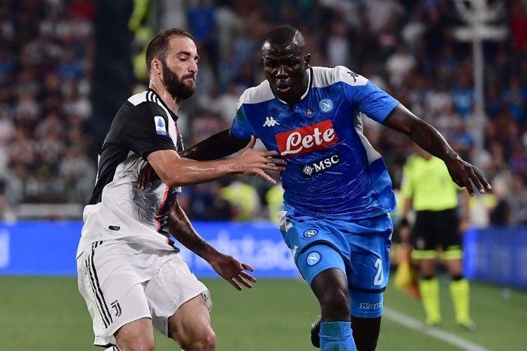 Gonzalo Higuain mencoba menahan laju Kalidou Koulibaly pada pertandingan Juventus vs Napoli di Stadion Juventus dalam lanjutan Liga Italia, 31 Agustus 2019.
