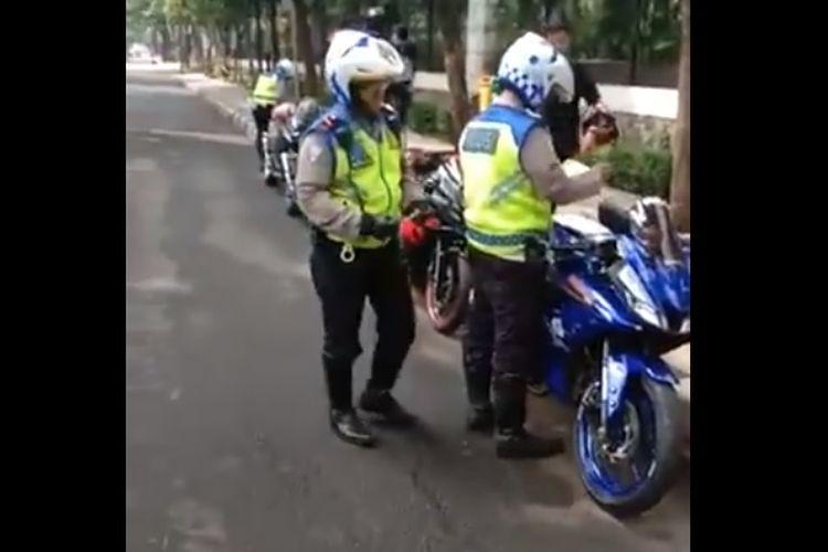 Pakai knalpot racing, beberapa pengendara motor ditilang di Jl. Patimura Kebayoran Baru Jakarta Selatan.