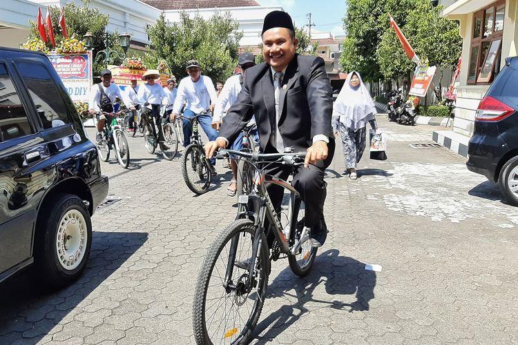 Anggota DPRD DIY Muh Ajrudin Akbar saat naik sepeda dari kantor DPRD DIY menuju Kabupaten Kulonprogo