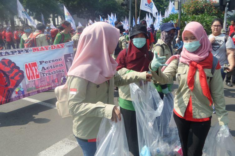 Aksi pungut sampah oleh salah satu serikat buruh saat memperingati hari buruh atau yang juga disebut May Day, Senin (1/5/2017)