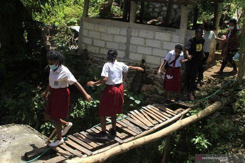 Akses Jalan Ditutup Pemilik Lahan, Pelajar di Kupang Terpaksa Tempuh Jalur Berbahaya