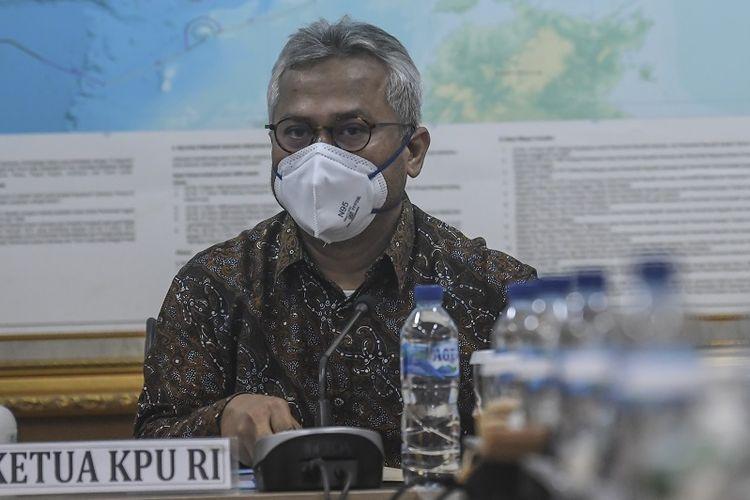 Ketua Komisi Pemilihan Umum (KPU) Arief Budiman bersiap memimpin pertemuan dengan Mendagri di kantor KPU Pusat, Jakarta, Kamis (30/7/2020). Pertemuan tersebut membahas mengenai pelaksanaan pemilihan kepala daerah serentak yang akan diselenggarakan pada Desember 2020. ANTARA FOTO/Muhammad Adimaja/aww.