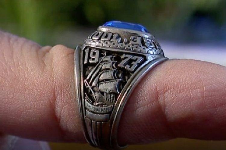 Debra McKenna, seorang wanita asal Brunswick, menunjukkan cincin milik mendiang suaminya yang hilang pada 1973, dan baru ditemukan Januari kemarin di Finlandia 47 tahun berselang.