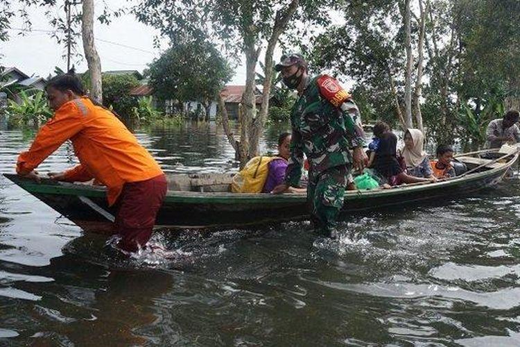 Evakuasi warga terdampak banjir di Desa Tabing Rimbah, Kecamatan Mandastana, Kabupaten Barito Kuala.