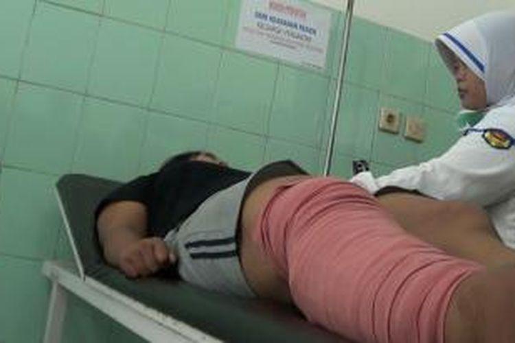 Kunaenah, korban penganiayaan majikannya di Singapura mendapatkan perawatan di RSUD Brebes, Jawa Tengah. Ia mengalami patah tulang kaki kanan akibat dianiaya majikannya.