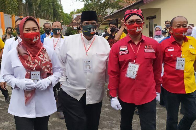 Bakal pasangan Calon Bupati Purbalingga Dyah Hayuning Pratiwi (kiri) dan Sudono  (kedua dari kiri) mendaftar ke Komisi Pemilihan Umum (KPU) Purbalingga, Jawa Tengah, Jumat (4/9/2020).
