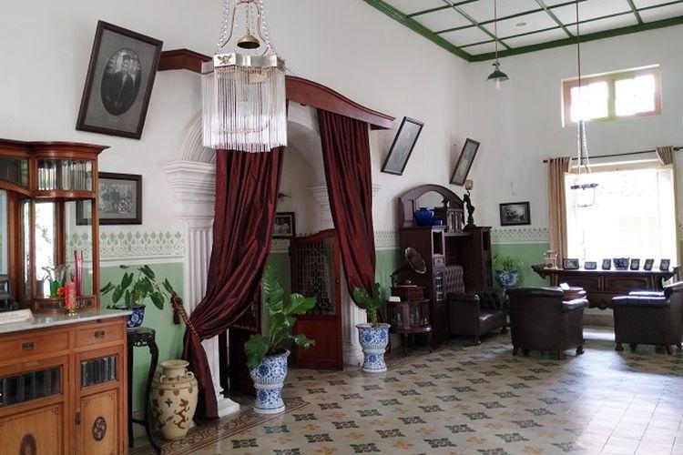 Bagian dalam ruangan Museum Rumah Martha Tilaar, Gombong, Kebumen, Jawa Tengah. Semua koleksi Museum Rumah Martha Tilaar merupakan replika kecuali meja altar.