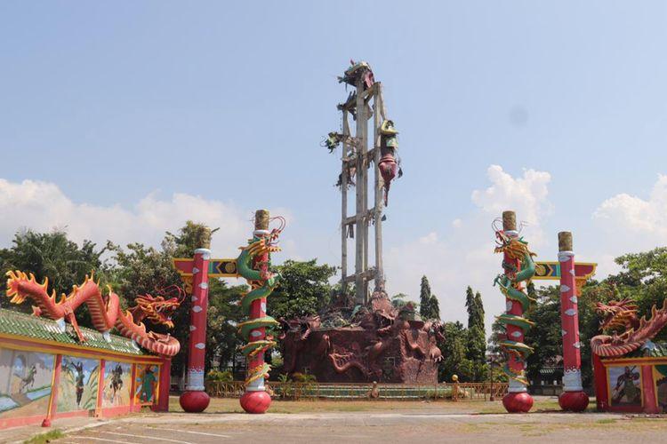Patung Kwan Sing Tee Koen di Tempat Ibadah Tri Dharma (TITD) klenteng Kwan Sing Bio Tuban, Jawa Timur, yang tinggal menyisakan rangka dan bagian pedang usai rontok, Kamis (16/4/2020).