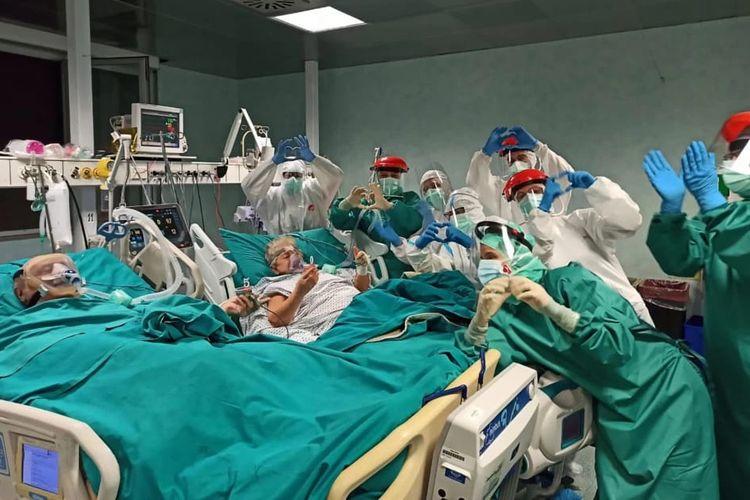 Para staf rumah sakit memberikan Giancarlo dan Sandra kue untuk merayakan ulang tahun ke-50 pernikahan mereka.