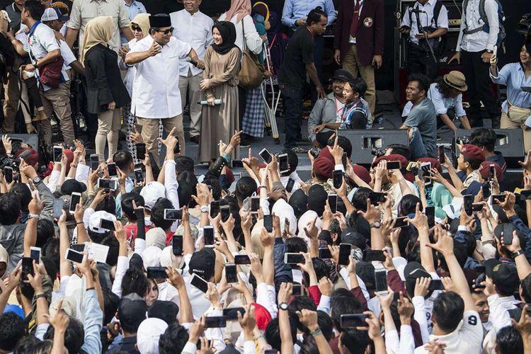 Calon Presiden nomor urut 02 Prabowo Subianto (ketiga kiri) menari disaksikan penyanyi Nissa Sabyan (keempat kiri) saat menyapa pendukung sebelum menghadiri kuliah umum di Kampus Universitas Kebangsaan Republik Indonesia (UKRI), Bandung, Jawa Barat, Jumat (8/3/2019). Prabowo akan menyampaikan kuliah umum bertajuk Renaisans Indonesia.