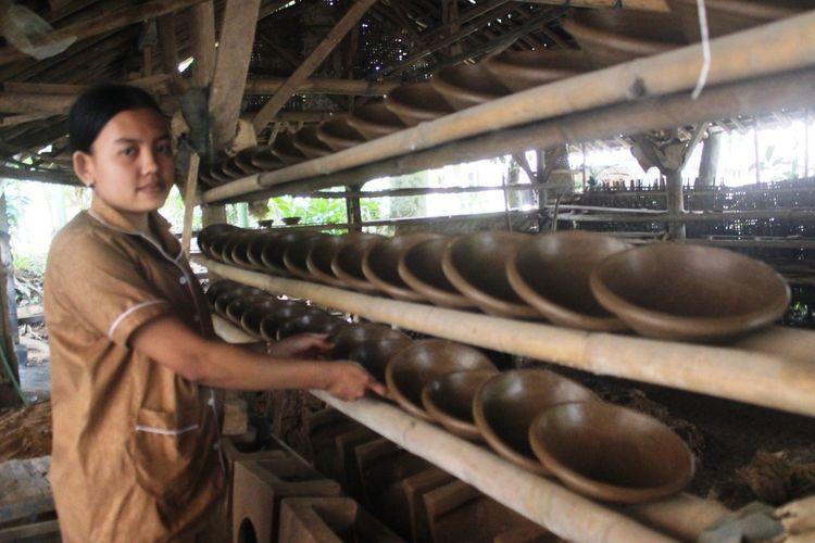 Rani Anjani (22), perajin gerabah asal Cianjur, Jawa Barat, sedang menata cobek-cobek yang dibuatnya. Rani bertekad meneruskan usaha keluarganhya yang diwariskan secara turun temurun ini.