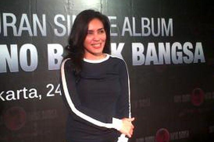 Rieke Diah Pitaloka diabadikan sesudah menghadiri acara peluncuran lagu Bung Karno Bapak Bangsa di Restoran Pulau Dua, Senayan, Jakarta Pusat, Rabu (24/6/2015) malam.