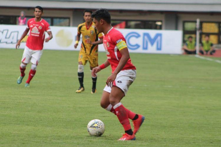 Persela mewaspadai pemain Semen Padang Irsyad Maulana saat keduanya bertemu di Stadion H. Agus Salim Padang, Selasa (20/8/2019)