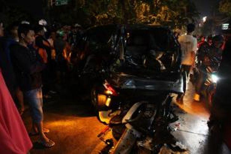Warga berkerumun di lokasi kecelakaan lalu lintas di Jalan Sultan Iskandar Muda, Arteri Pondok Indah, Jakarta Selatan, Selasa (20/1) malam. Kecelakaan empat mobil dan empat sepeda motor terjadi sekitar pukul 20.00 mengakibatkan kemacetan panjang hingga Gandaria. KOMPAS / LUCKY PRANSISKA