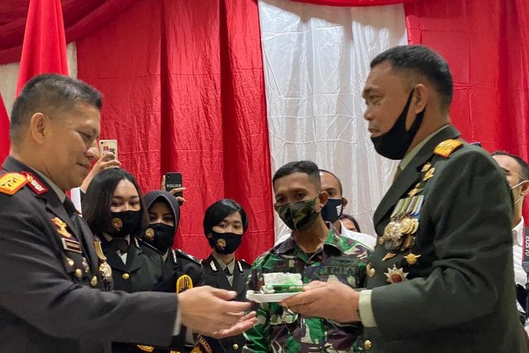Pangdam XVI Pattimura, Mayjen TNI Marga Taufiq memberikan kejutan dengan menyuapi Kapolda Maluku, Irjen Pol Baharudin Djafar saat Hari Bhayangkara ke-74, Rabu (1/7/2020)