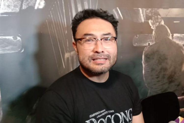 Surya Saputra menghadiri screening film Pocong the Origin di XXI Epicentrum, Kuningan, Jakarta Selatan, Kamis malam (11/4/2019).