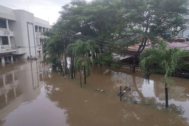 Banjir di kawasan Plaza Bisnis Kemang, Bangka, Mampang Prapatan, Jakarta Selatan pada Sabtu (20/2/2021) pagi. Banjir terpantau hingga 2,5 meter di titik terdalam. Banjir di Plaza Bisnis Kemang bertambah parah karena tembok bagian belakang jebol.