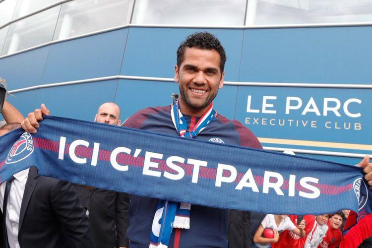Dani Alves diperkenalkan sebagai pemain anyar Paris Saint-Germain, Rabu (12/7/2017).