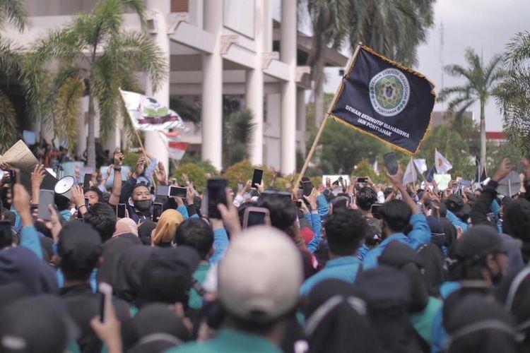 Ratusan massa yang terdiri dari organisasi masyarakat dan mahasiswa menggelar aksi demonstrasi menolak Omnibus Law di Gedung DPRD Kalbar, Kamis (8/10/2020). Aksi tersebut berakhir ricuh dan dibubarkan paksa oleh aparat kepolisian.