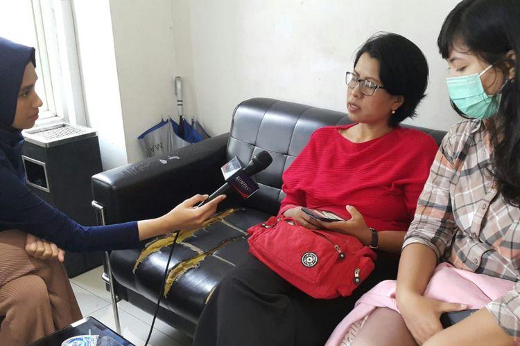 Reni Setyawan (tengah) di ruangan Siber Ditreskrimsus Polda Jatim, Senin (21/1/2019)