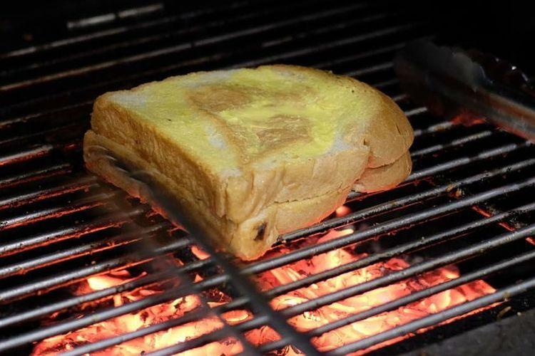 Roti bakar di DSAVOR Cafe.