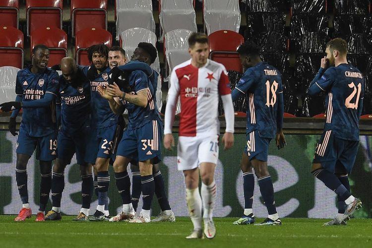 Penyerang Arsenal, Alexandre Lacazette, merayakan gol ke gawang Slavia Praha pada laga leg kedua perempat final Liga Europa di Praha pada Jumat (16/4/2021) dini hari WIB.