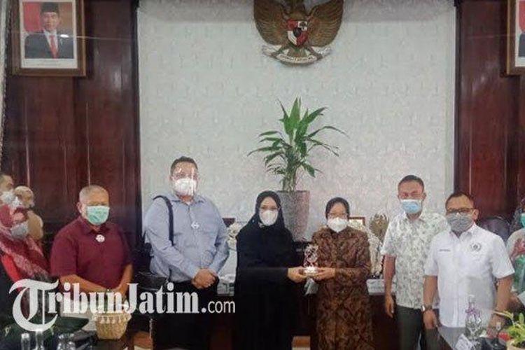 Wali Kota Surabaya Tri Rismaharini saat menerima kunjungan kerja Pansus Banjir DPRD DKI Jakarta di Balai Kota, Kamis (22/10/2020).