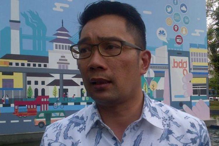 Wali Kota Bandung Ridwan Kamil saat meninjau kondisi Taman Sejarah Bandung, Selasa (24/1/2017). KOMPAS.com/DENDI RAMDHANI