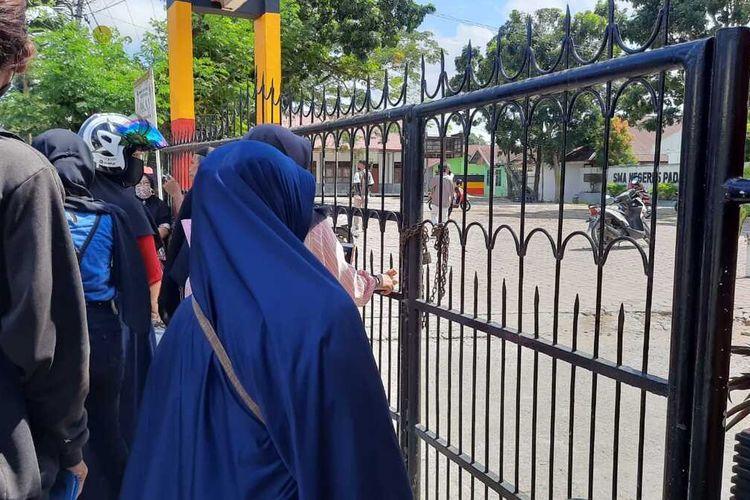 Puluhan orangtua siswa gembok SMA 5 Padang karena anaknya tidak lulus PPDB, Kamis (16/7/2020)