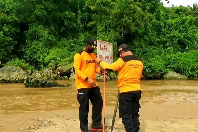 Sungai Bawah Tanah Bermuara di Pantai Baron Meluap, Petugas SAR Satlinmas memasang Rambu Kamis (31/12/2020)