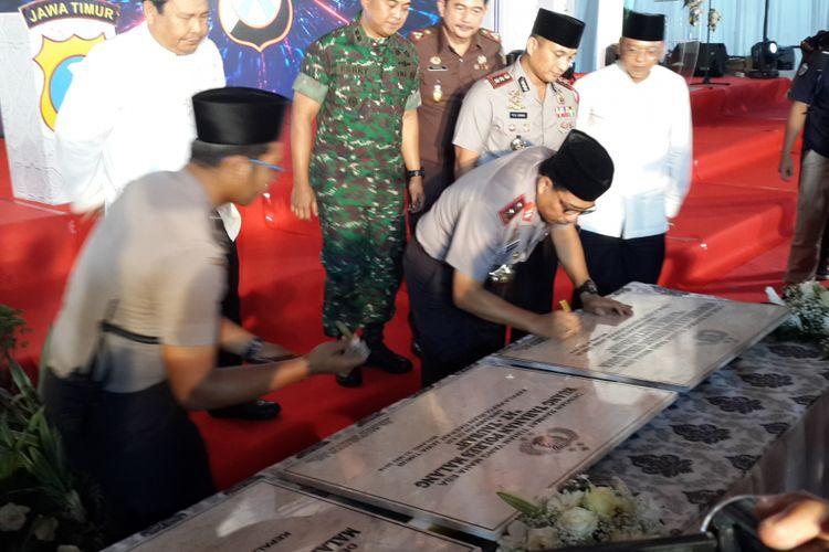 Kapolda Jawa Timur Irjen Pol Machfud Arifin saat meresmikan sejumlah gedung yang baru dibangun di Mapolres Malang, Selasa (22/5/2018)