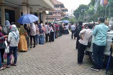 Hari Terakhir Urus Pindah TPS, Antrean Warga Tumpah ke Jalan Raya di KPU Jaksel