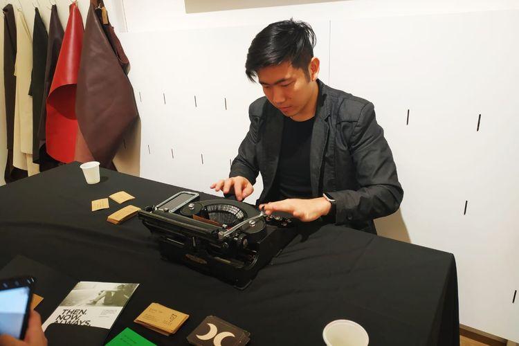 Dave Tai dengan mesin ketik kuno sedang menulis haiku