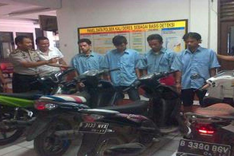 Tersangka pencurian motor di Kalideres Jakarta Barat di Mapolsek Kalideres, Jakarta Barat, Selasa (2/4/2013). Mereka diringkus sebagai pemetik dan penadah motor curian.