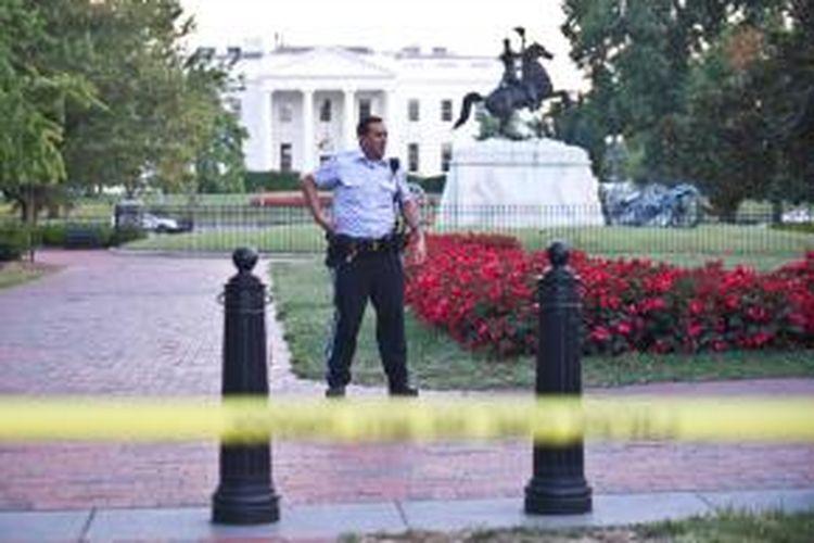 Menyusul serangkaian tembakan di Pangkalan Angkatan Laut Amerika di Washington, Amerika, Senin (16/9/2013) pagi, pengamanan Gedung Putih diperketat. Terlihat petugas Dinas Rahasia AS berjaga di depan gedung itu.