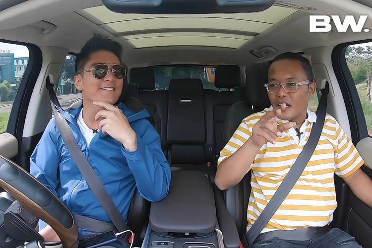 Pelawak Sule (kanan) berbincang dengan pembawa acara Boy William.