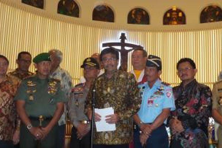 Wakil Gubernur DKI Jakarta Djarot Saiful Hidayat saat berada di Gereja Santa Theresia, Menteng, Jakarta Pusat dalam rangka peninjauan pengamanan misa malam natal, Rabu (24/12/2014)
