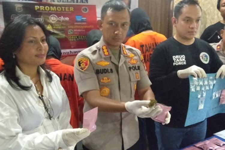 Kapolres Metro Jakarta Selatan, Komisaris Besar Budi Sartono merilis kasus peredaran narkoba yang dilakukan dua mahasiwa, Senin (9/3/2020)