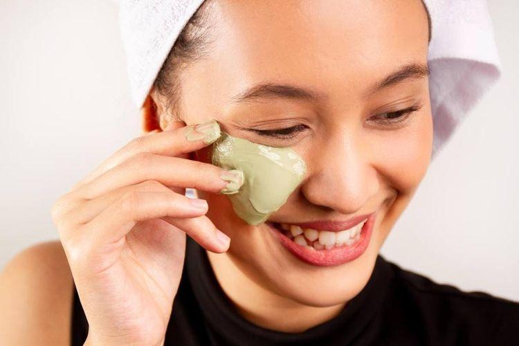 Calming clay mask dari Emiley untuk membersihkan pori-pori kulit.