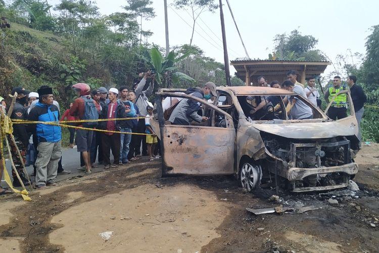 Sejumlah anggota Polres Sukabumi melakukan proses olah tempat kejadian perkara temuan dua jenazah dalam mobil terbakat di Cidahu, Sukabumi, Jawa Barat, Minggu (25/8/2019).