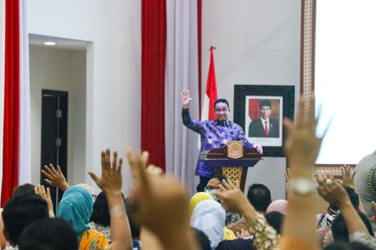 Gubernur DKI Jakarta Anies Baswedan memberikan arahan terkait penanganan covid-19 kepada kepala SKPD, wali kota, camat, dan lurah se-Jakarta di Gedung Dinas Pendidikan DKI Jakarta, Kamis (19/3/2020).