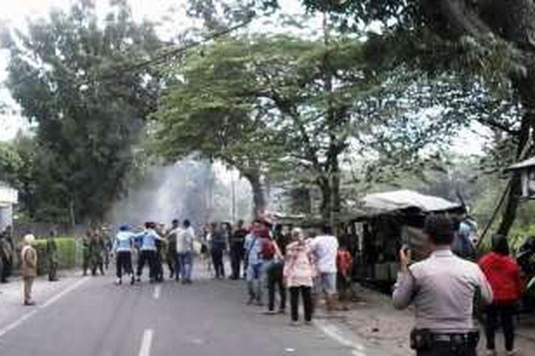 KOMPAS.com/ Mei Leandha -  Bentrok masyarakat sari Rejo dengan TNI AU di kawasan sari Rejo menyebabkan sembilan warga dan dua jurnalis kritis, Senin (15/8/2016)
