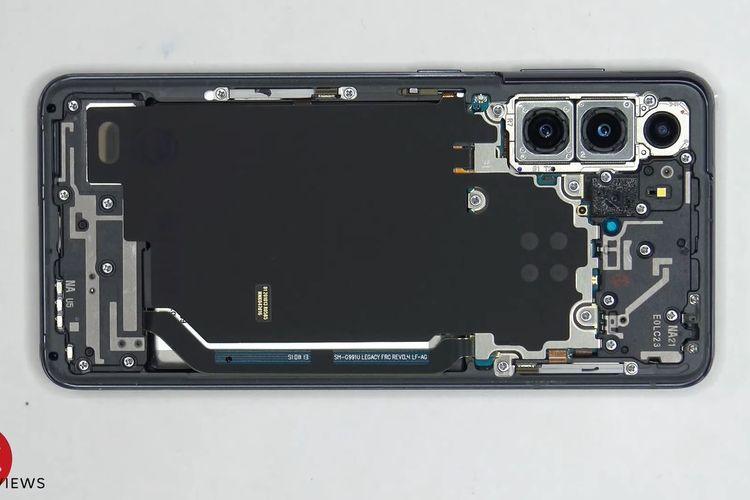 Ilustrasi tampilan pertama jeroan Galaxy S21 ketika cangkangnya dibuka.